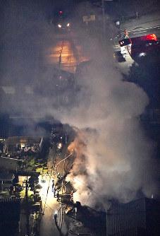 地震で起きた火災で白煙をあげて燃える民家=熊本県益城町で2016年4月14日午後11時34分、本社ヘリから矢頭智剛撮影