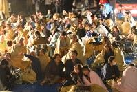 地震からの避難で役場前に集まった人たち=熊本県益城町で2016年4月14日午前0時過ぎ、須賀川理撮影