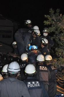 倒壊した家屋から救出された男性=熊本県益城町で2016年4月15日午前1時16分、野呂賢治撮影