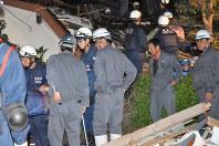 救出された家族を心配そうにみつめる男性(右から2番目)=熊本県益城町で2016年4月15日午前1時16分、野呂賢治撮影