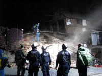 地震で倒壊し、高齢女性が行方不明となっている民家で捜索する機動隊員ら=熊本県益城町寺迫で2016年4月15日午前2時28分、笠井光俊撮影