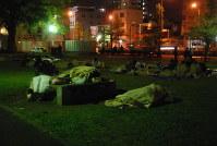 未明の寒空の下、毛布一枚で過ごす人たち=熊本市中央区草葉町で2016年4月15日午前4時4分、中里顕撮影