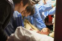 倒壊した家屋から救出され、救急車の中で母親らと再会する赤ちゃん=熊本県益城町で2016年4月15日午前3時46分、和田大典撮影