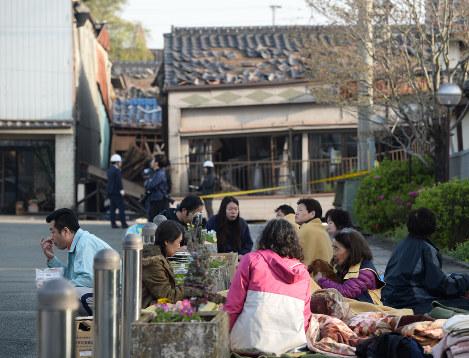 路上で一夜を明かした人たち=熊本県益城町で2016年4月15日午前7時5分、津村豊和撮影