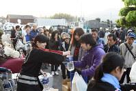 役場で水などの救援物資を受け取る人たち=熊本県益城町で2016年4月15日午前6時8分、津村豊和撮影