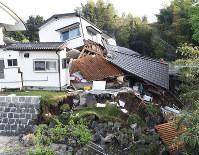 地震で大きく倒壊した家屋=熊本県益城町で2016年4月15日午前7時14分、津村豊和撮影