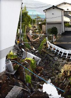 地震で土手が大きく崩れた川=熊本県益城町で2016年4月15日午前7時19分、津村豊和撮影