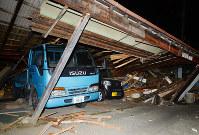 地震で壊れた倉庫=熊本県益城町で2016年4月15日午前1時26分、山下恭二撮影