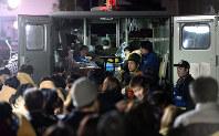 益城町役場から自衛隊の車両で避難所となる体育館に運ばれる住民たち=熊本県益城町で2016年4月15日午前4時27分、津村豊和撮影
