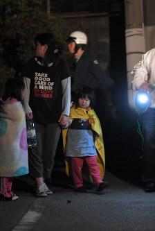 手を取り合って避難する子供たち=熊本県益城町で2016年4月15日午前1時37分、和田大典撮影