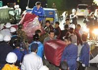 避難所に到着した物資を運び込む人たち=熊本県益城町で2016年4月15日午前1時48分、山下恭二撮影