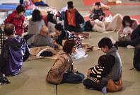避難所として開放された町総合体育館の武道場で休む被災者=熊本県益城町で2016年4月15日午前6時39分、須賀川理撮影