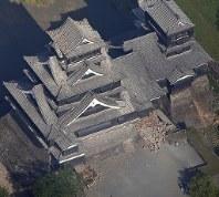大きな地震で被害があった熊本城=熊本市中央区で2016年4月15日午前8時14分、本社機「希望」から長谷川直亮撮影