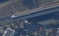 激しい揺れで脱線した九州新幹線=熊本市西区で2016年4月15日午前8時16分、本社機「希望」から長谷川直亮撮影