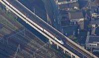激しい揺れで脱線した九州新幹線=熊本市西区で2016年4月15日午前7時34分、本社機「希望」から長谷川直亮撮影