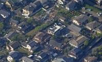 激しい揺れで被害があった住宅=熊本県益城町で2016年4月15日午前8時4分、本社機「希望」から長谷川直亮撮影