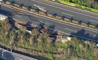 地震で路面が陥没した九州自動車道=熊本県益城町で2016年4月15日午前7時54分、本社ヘリから矢頭智剛撮影