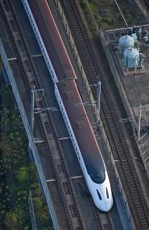 地震で脱線した九州新幹線の車両=熊本市西区で2016年4月15日午前6時45分、本社ヘリから矢頭智剛撮影