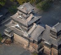 地震で石垣や屋根が壊れた熊本城=熊本市中央区で2016年4月15日午前6時47分、本社ヘリから矢頭智剛撮影