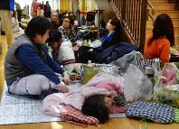 不安な一夜を過ごし、避難所で体を休める人たち=熊本県益城町の益喜町健康福祉センターで2016年4月15日午前8時27分、山下恭二撮影