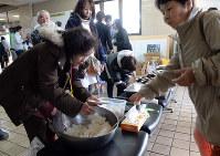 一夜が明け役場では避難してきた人たちに食事が配られた=熊本県益城町役場で2016年4月15日午前7時35分、山下恭二撮影