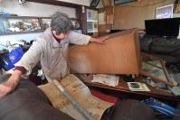 地震で倒れた家具などが散乱した民家=熊本県益城町で2016年4月15日午前8時25分、和田大典撮影