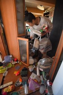 地震でものが落ちたり棚がずれたりした自宅を片付ける女性=熊本県益城町で2016年4月15日午前7時45分、和田大典撮影