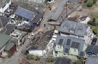 地震による大きな揺れで倒壊した建物や大きく傾いた民家=熊本県益城町で2016年4月15日午前10時31分、本社ヘリから幾島健太郎撮影
