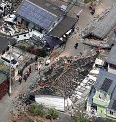 地震で倒壊した家屋=熊本県益城町で2016年4月15日午前10時31分、本社ヘリから幾島健太郎撮影