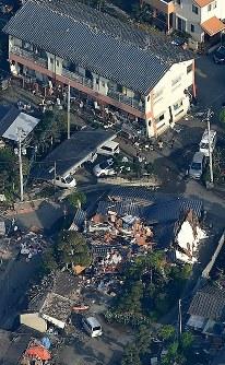 強い揺れで1階部分が傾いたり、倒壊した家屋=熊本県益城町で2016年4月15日午前7時21分、本社ヘリから矢頭智剛撮影