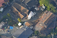 地震で倒壊した民家などの建物。左下では、ブルーシートが広げられ、住民が屋外に避難していた=熊本県益城町で2016年4月15日午前7時16分、本社ヘリから矢頭智剛撮影