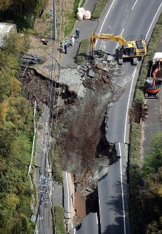 地震で崩れた道路=熊本県益城町で2016年4月15日午前10時41分、本社ヘリから幾島健太郎撮影