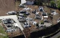 地震で倒壊した墓石=熊本県益城町で2016年4月15日午前10時35分、本社ヘリから幾島健太郎撮影