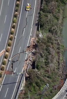 地震で亀裂が入った九州自動車道=熊本県益城町で2016年4月15日午前10時48分、本社ヘリから幾島健太郎撮影