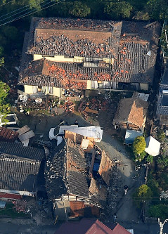 地震で倒壊などの被害を受けた建物=熊本県益城町で2016年4月15日午前7時17分、本社ヘリから矢頭智剛撮影