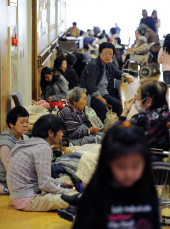 不安な一夜を過ごし、避難所で体を休める人たち=熊本県益城町で2016年4月15日午前8時26分、山下恭二撮影