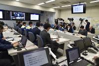 熊本地震への支援体制について協議する県の関係者ら=県庁で2016年4月15日午前10時41分、高嶋将之撮影
