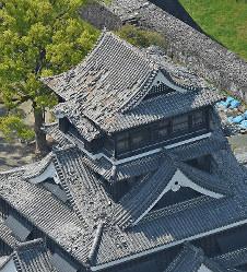 シャチホコが落ちた熊本城の天守閣屋根=熊本市で2016年4月15日午後2時8分、本社ヘリから矢頭智剛撮影