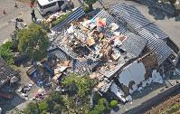 地震の強い揺れで倒壊した家屋=熊本県益城町で2016年4月15日午後2時39分、本社ヘリから矢頭智剛撮影