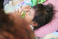 避難所で目をこする子ども=熊本県益城町で2016年4月15日午後6時19分、宮武祐希撮影