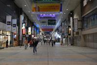 臨時休業となり、シャッターを下ろした店舗が目立つ下通アーケード=熊本市中央区手取本町の下通アーケードで、2016年4月15日午後7時7分、井川加菜美撮影