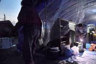 地震で建物が倒壊し、庭に仮設のテントを張って夜を過ごす一家=熊本県益城町で2016年4月15日午後7時18分、和田大典撮影