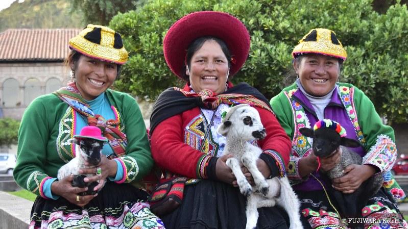 インカ帝国の首都であったクスコには、近郊から様々な民族が集まってくる