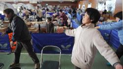 東日本大震災時、ある避難所では震災3日後からラジオ体操を始めた。適当な運動は脳梗塞、心筋梗塞などの予防になる=岩手県大船渡市で2011年4月4日午前6時59分、矢頭智剛撮影