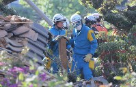 Police and other emergency workers try to rescue someone buried in the ruins of a collapsed building, in Mashiki, Kumamoto Prefecture, on April 16, 2016. (Mainichi)