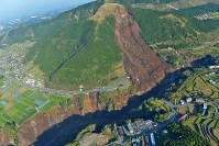 The site of a large, earthquake-induced landslide is seen in Minamiaso, Kumamoto Prefecture, on April 16, 2016. (Mainichi)