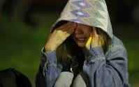 白川公園に避難し涙ぐむ女性=熊本市中央区で2016年4月16日午前2時26分、宮武祐希撮影