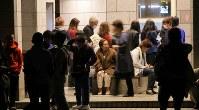 白川公園に避難する人たち=熊本市中央区で2016年4月16日午前2時28分、宮武祐希撮影