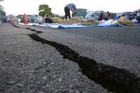 町役場前に出来た大きな亀裂=熊本県益城町で2016年4月16日午前6時37分、宮武祐希撮影