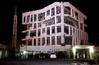 地震で倒壊の危険があるために、住民や職員が避難し、空になった被災した宇土市役所庁舎。4階天井部が大きく曲がっている=熊本県宇土市で2016年4月16日午前4時39分、高尾具成撮影